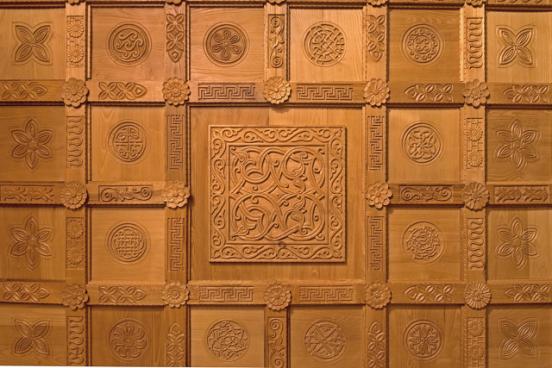 Soffitto con il motivo centrale musulmano con la greca della cornice e i rosoni copriviti