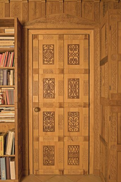 La porta, con pannelli traforati e intagliati